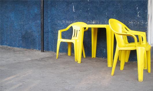 11-les-chaises-jaunes.jpg