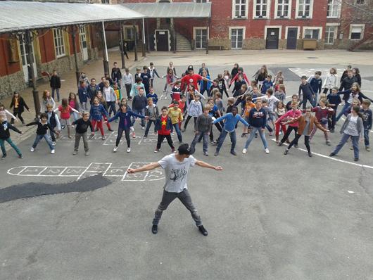 A l'école du Sacré-Coeur, Jérémy et Jason dansent avec les élèves