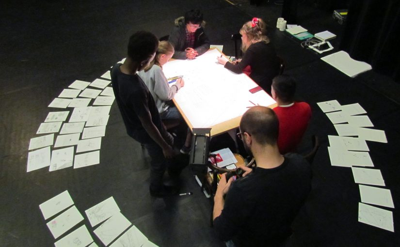 Dessiner le quartier. Dessiner au plateau. Filmer et projeter le dessin.